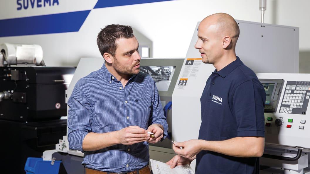 Dominik Läng (Dihawag) und Matthias Hari (Suvema AG) diskutieren Versuchsergebnisse.