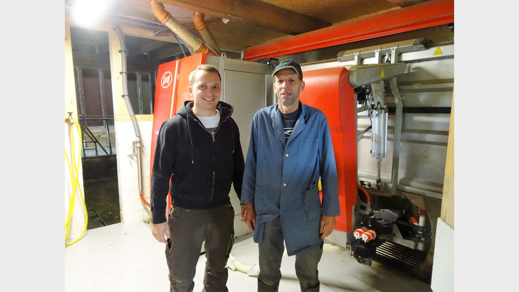Ruedi Barmettler und Alois Trüssel sind begeistert vom neuen roten Mitarbeiter.