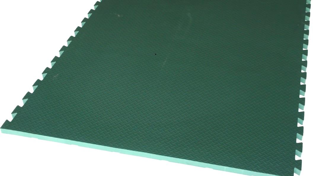 Grüne Matte verpuzzelt: Gelenkschutzmatte für  Lauf- und Anbindestall