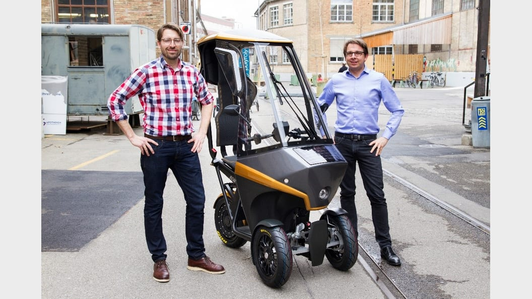 Der BICAR zusammen mit seinen beiden Erfindern, Hans-Jörg Dennig (links) und Adrian Burri (rechts)