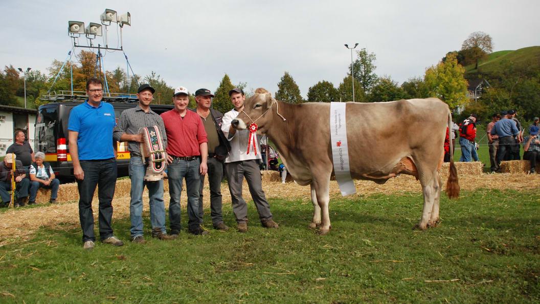 Tagessiegern BV Viehschau Nidwalden: Sesam Swetlana von Sepp Lussi (2. von links)