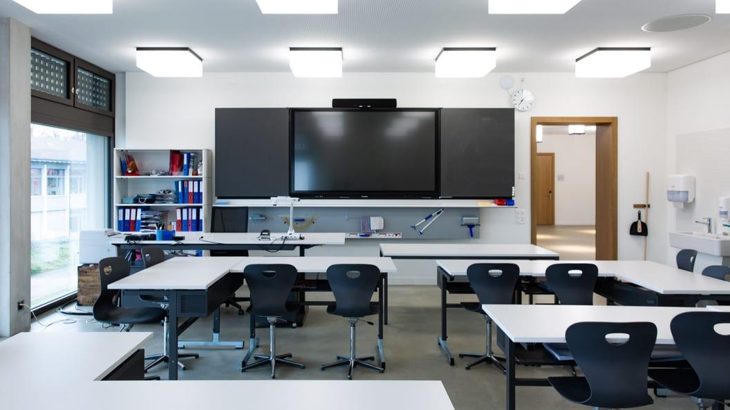 Komplett ausgestattetes Klassenzimmer mit Mobiliar und interaktiver Lernumgebung