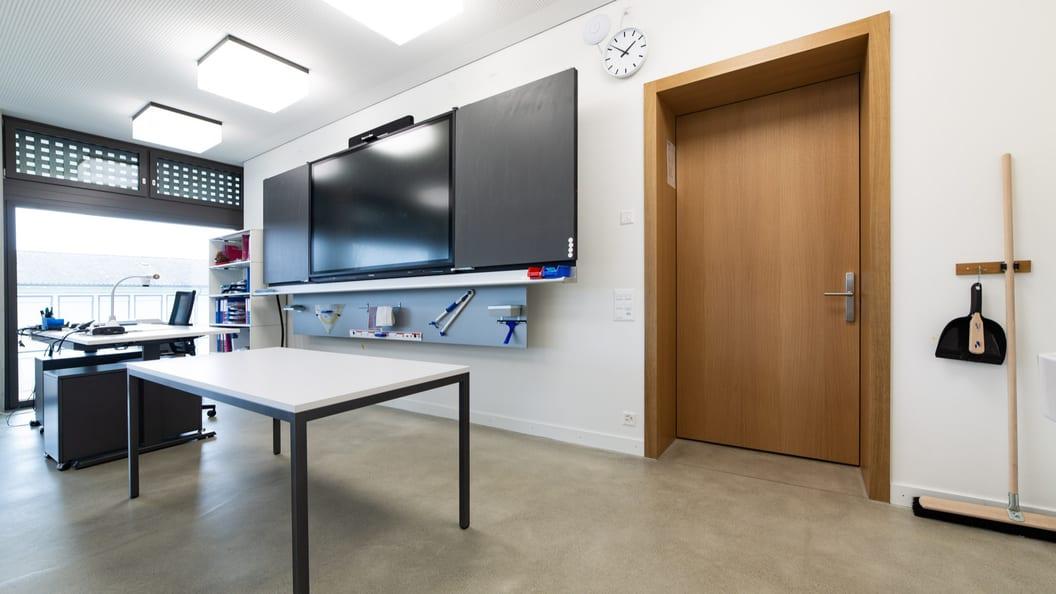 Lehrertisch 1795 mit Visualizer und Wandtafelsystem mit ActivPanel