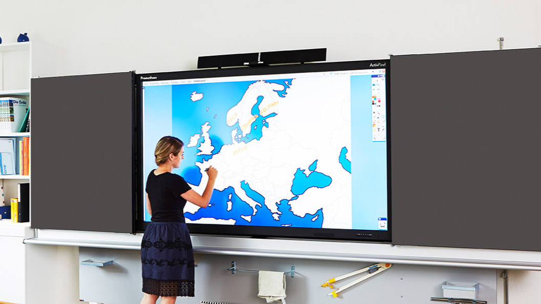 Lehrperson im Einsatz am ActivPanel