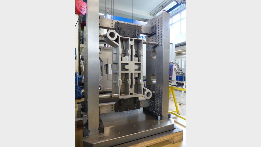 Bis zu 2000 mm lange Werkzeugplatten werden genau und stabil aufgespannt.