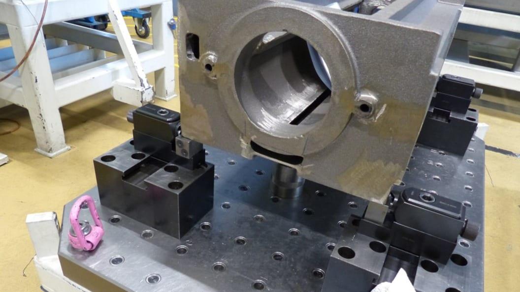 Seitenspanner lassen sich flexibel auf Grundplatten und Rasterspannplatten positionieren.