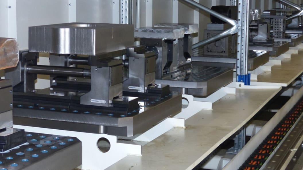 Das Lagersystem Load-Master fasst zwölf als Rasterspannplatten ausgeführte Paletten.