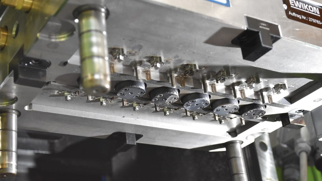 View onto the hot half mounted on the machine with six HPS III-MH nozzles arranged in a row.
