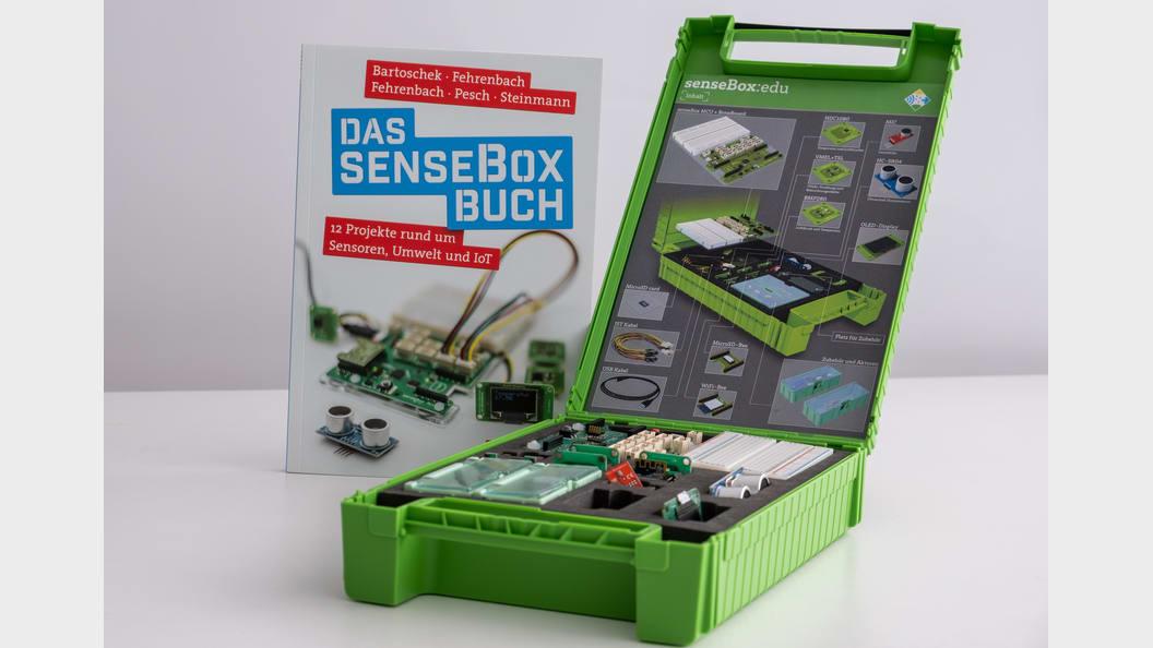 Die senseBox:edu mit dem senseBox Buch