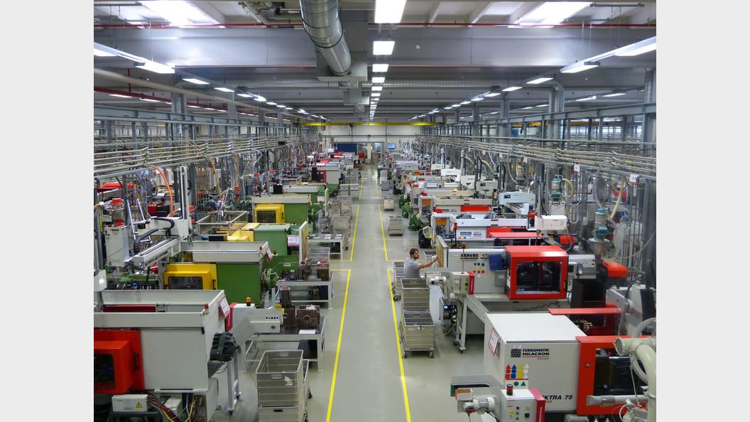 Blick in eine der Produktionshallen bei Fischer in Tumlingen (Bild: Fischer)