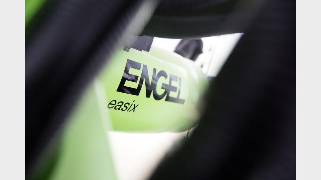ENGEL easix: der multifunktionale Knickarmroboter.