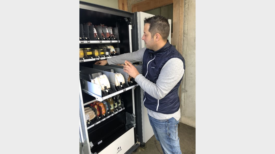 Stefan Lässer bei der Befüllung eines seiner Automaten.