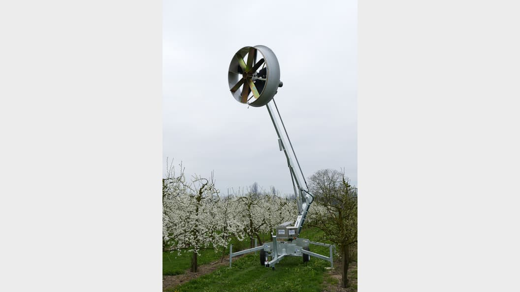 Mobile wind machine for frost protection of growing crops