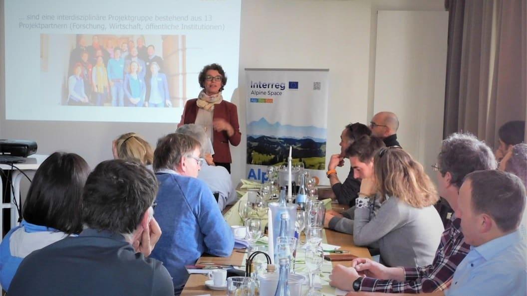 Cornelia Ptach referiert über das AlpBioEcoProjekt und Bioökonomie am Beispiel der Walnuss