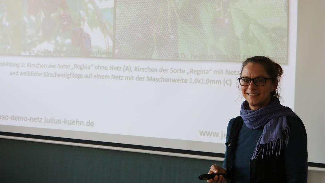 Bianca Boehnke referiert über Maßnahmen gegen die Kirschessigfliege.