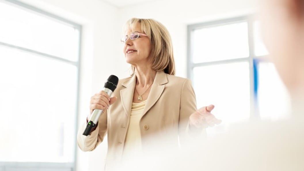 In Vortragssituationen ist die richtige Haltung des Handmikrofons entscheidend für guten Sound.