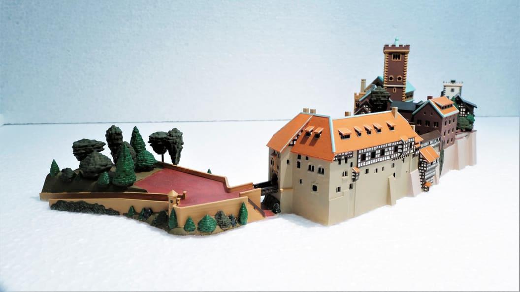 Beispiel eines mit SLA in einem Stück gedruckten und handcolorierten Miniatur Bauwerks