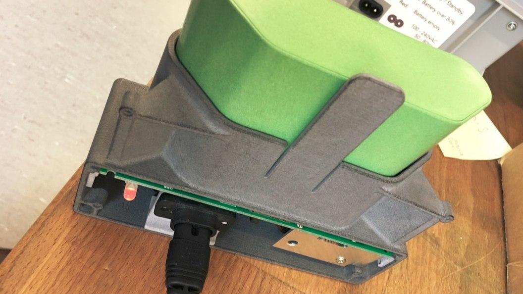 Additiv gefertigter (MJF) Akkuhalter mit angeschlossenem Akku während Ladeprozess