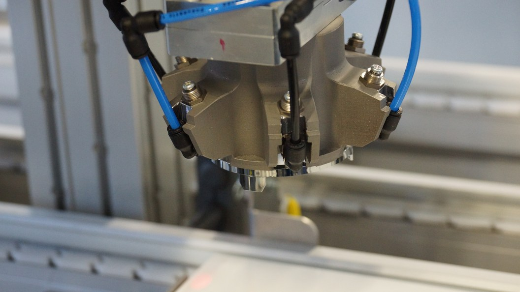 Saugglocke im Einsatz in der Produktionsstrasse