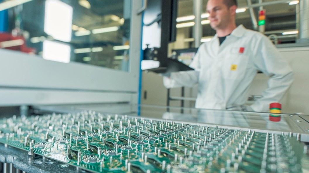 Nutzenfrässen - Präzisionstechnologie zum Mikrometer genauen Trennen hochwertiger Elektronik