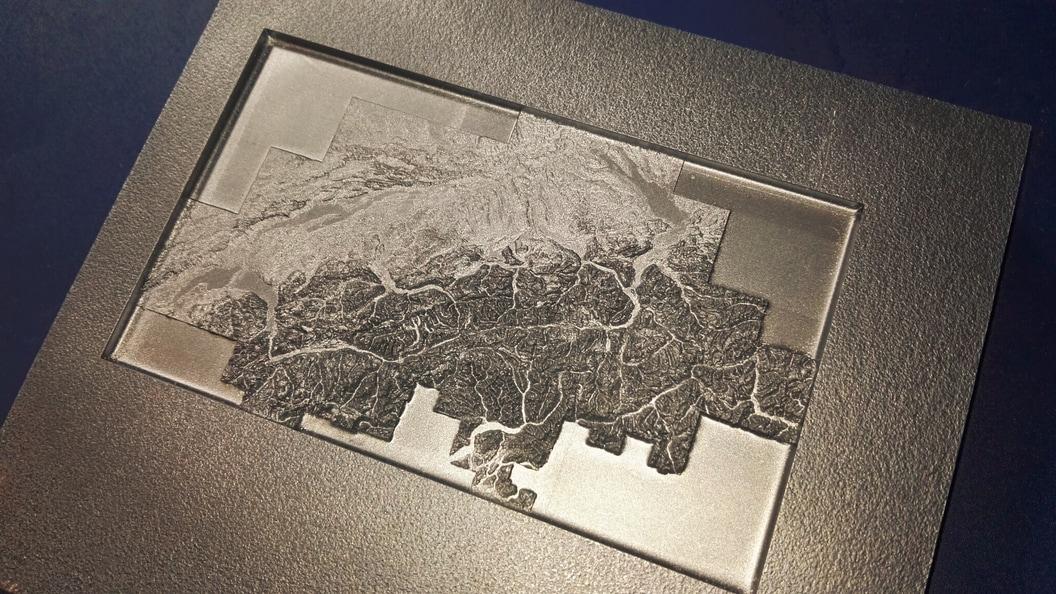 Die Schweiz als Relief, durch Laser erzeugt.