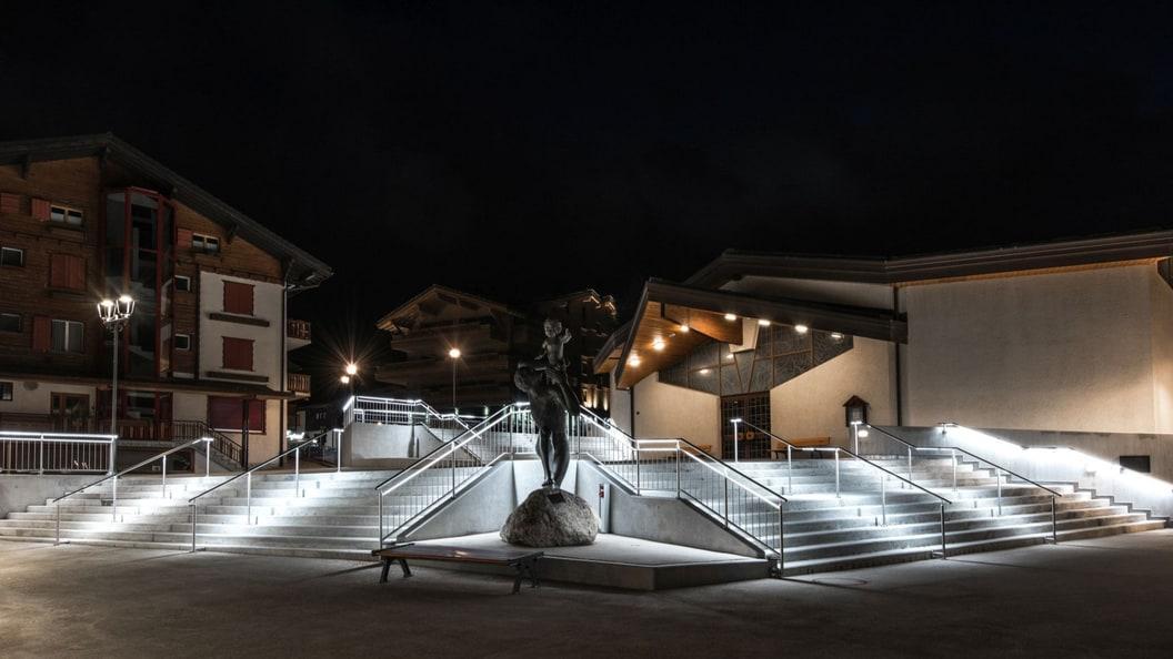 Treppenaufgang in Crans-Montana mit Handlauf-Leuchten