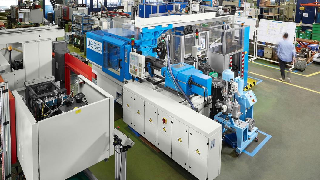 Arburg hat für die Firma Jesa eine sehr komplexe und trotzdem kompakte Turnkey-Anlage realisiert.
