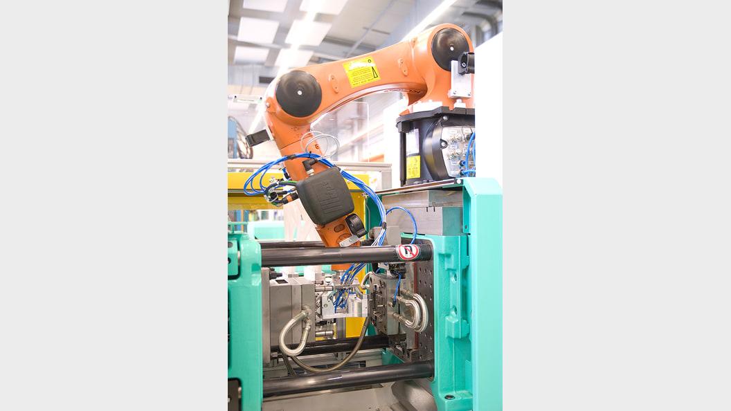 Öffnen des Werkzeuges und Einfahren des Roboters sind dank Kommunikation synchronisiert.
