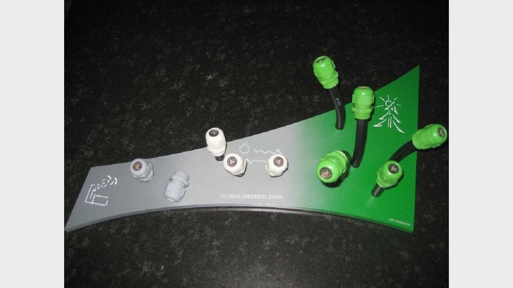 Kabelverschraubungen aus konventionellem Kunststoff (links) und aus Biokunststoff (rechts).