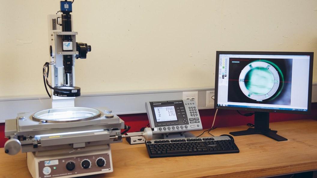 Der Lichtleiter wird auf dem Messmikroskop ausgemessen und die optische Qualität überprüft.