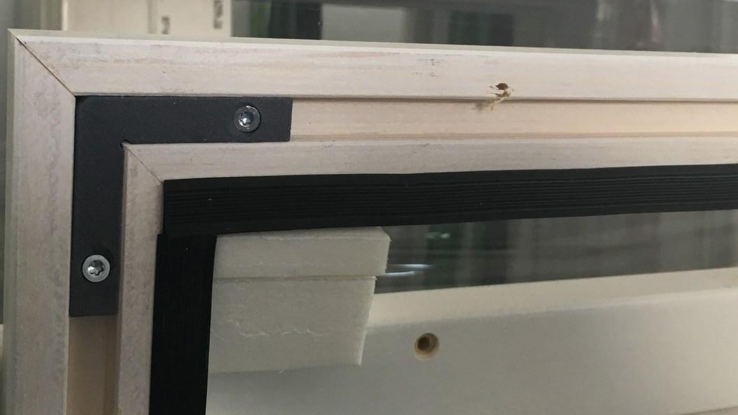 Abb.1) mit 2 Schrauben montierter schwarzer Single-Use Eckwinkel (additiv mit MJF gefertigt)