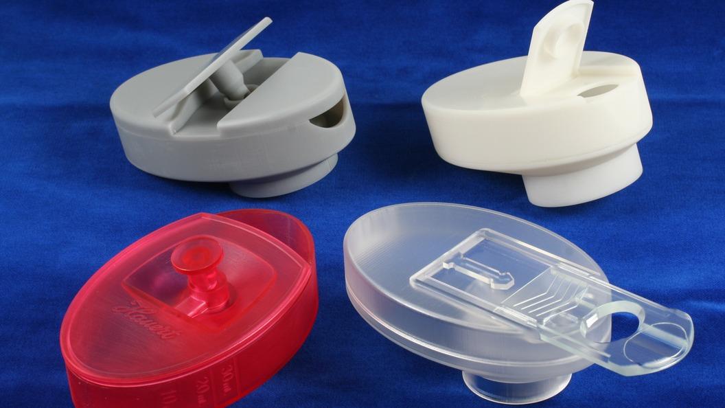 Stereolithographiemodelle diverser Entwicklungsstufen des Düngerdosierdeckels