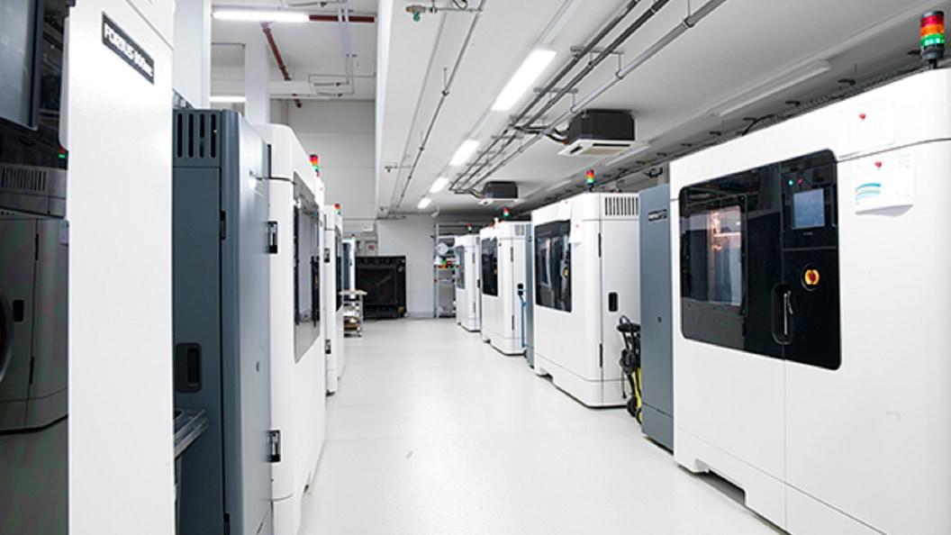 TEILEFABRIK mit ca. 60 FDM- und PolyJet 3D-Druckern und 3D-Produktionssystemen