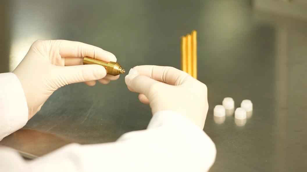 Unter erhöhten hygienischen Bedingungen erfolgt die Montage der vergoldeten Magneten.