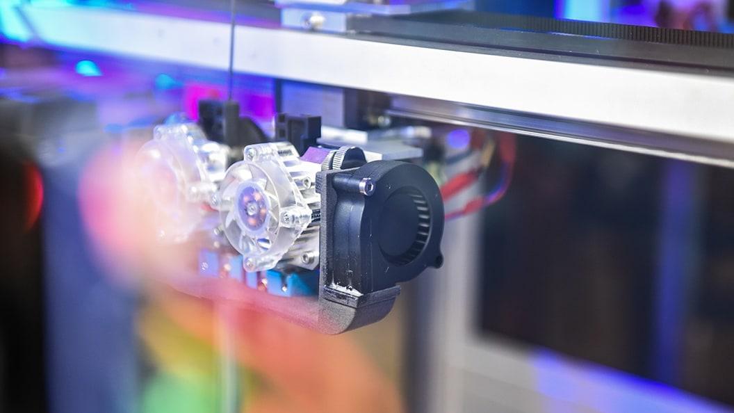 Instandhaltung mithilfe von 3D-Druck: Halterung eines Linearantriebes.