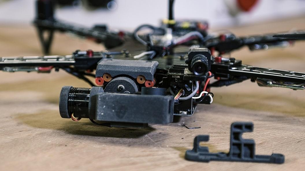 Beispiel eines Schulprojekts: Auf der Sintratec S1 gedruckte Objekte für ein Drohnen-Gimbal.