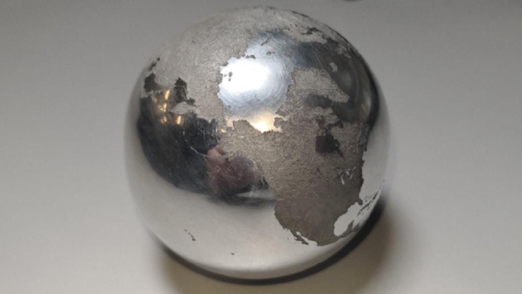 Bild 2: Möglichkeiten der 5-Achs-Laserbearbeitung anhand eines runden Weltkugel illustriert