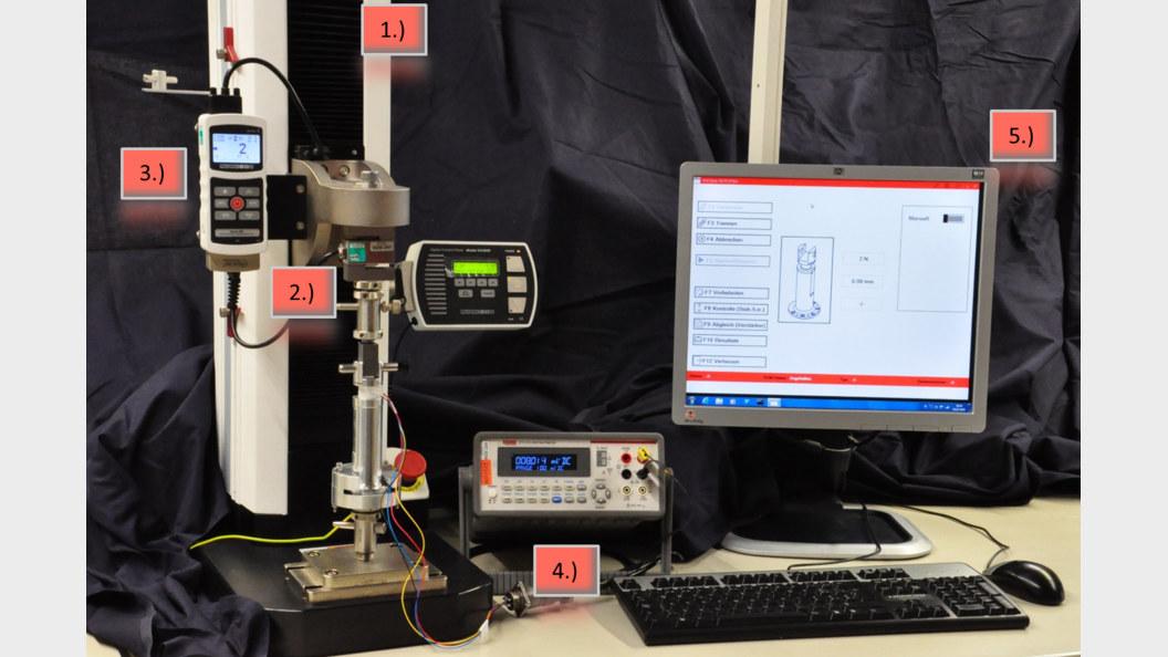 ESM1500, M5i, Referenzsensor MR01-1000, eingespannter Prüfling, Voltmeter, PC Station