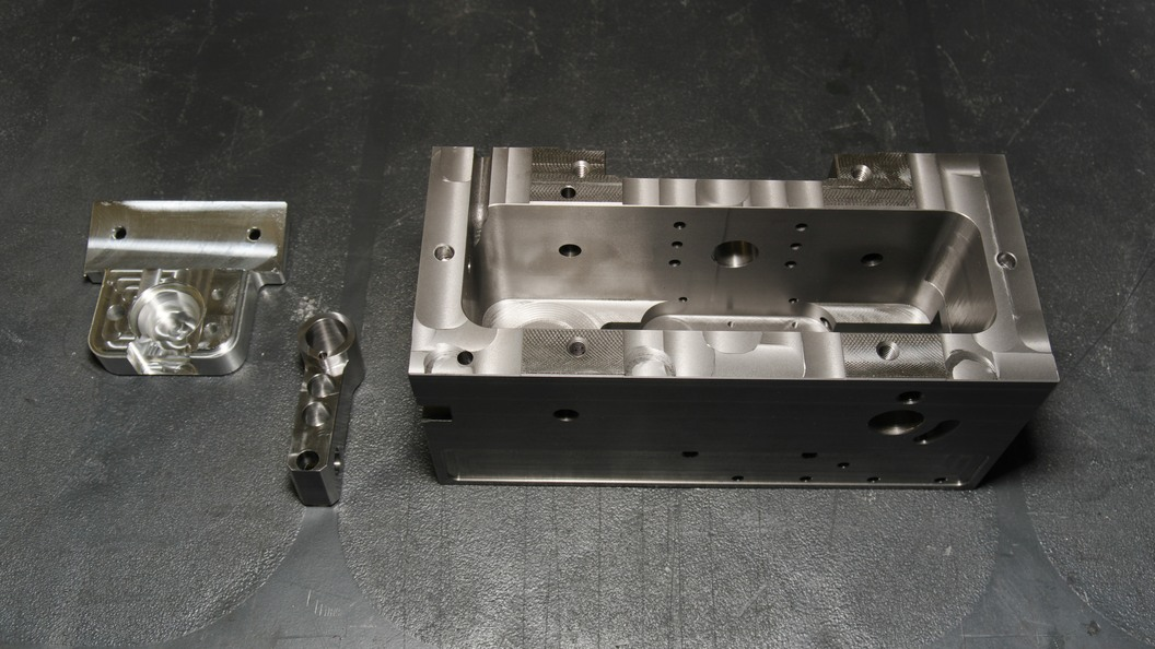 Präzisionsteil auf VERSA 825 gefertigt. Mit Robot Multi ist die Maschine im Dauerbetrieb im Einsatz.