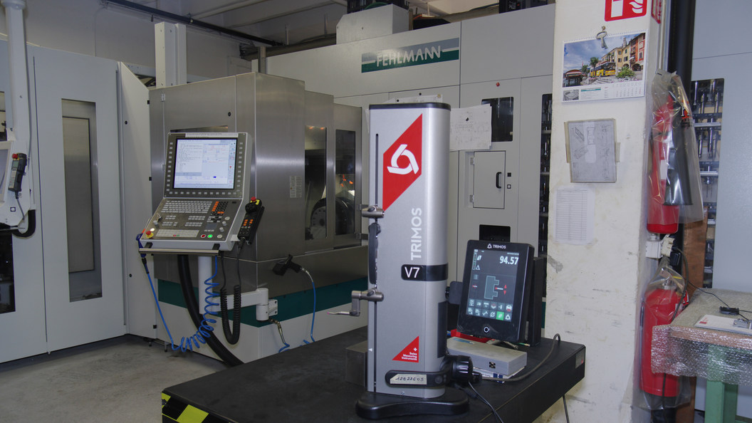 VERSA 825 platzsparend und bestens zugänglich, auch mit Automation. Vorne Höhenmessgerät Trimos V7.