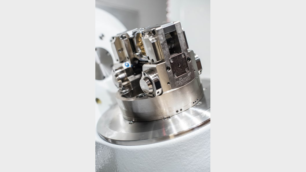 Even the drill hole for the winding shaft can be machined without a change of clamping position.