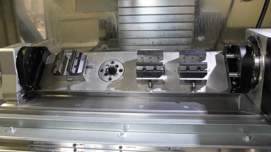 Flexible Beladung der Schwenktisch-Grundplatte mit GRESSEL Zentrischspanner C2