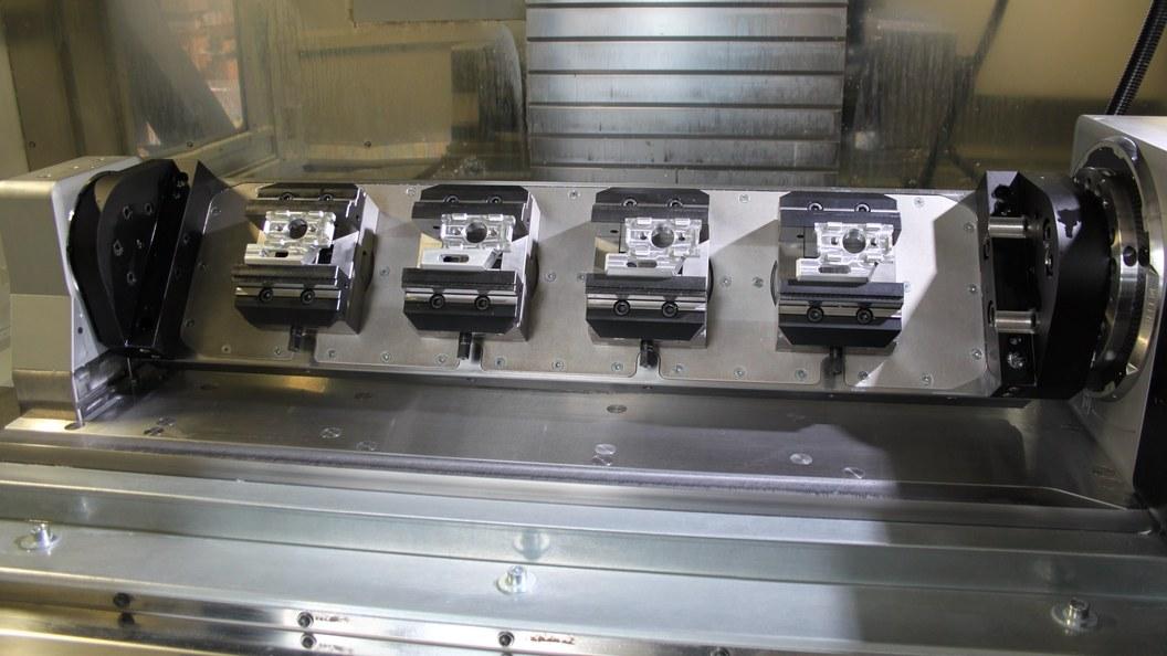 Vier GRESSEL Zentrischspanner C2 auf der Schwenktisch Grundplatte