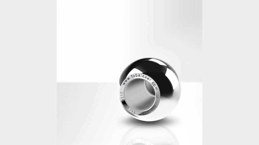 Hüftkugel-Implantat aus Edelstahl mit Lasermarkierung (Bildrechte: FOBA)