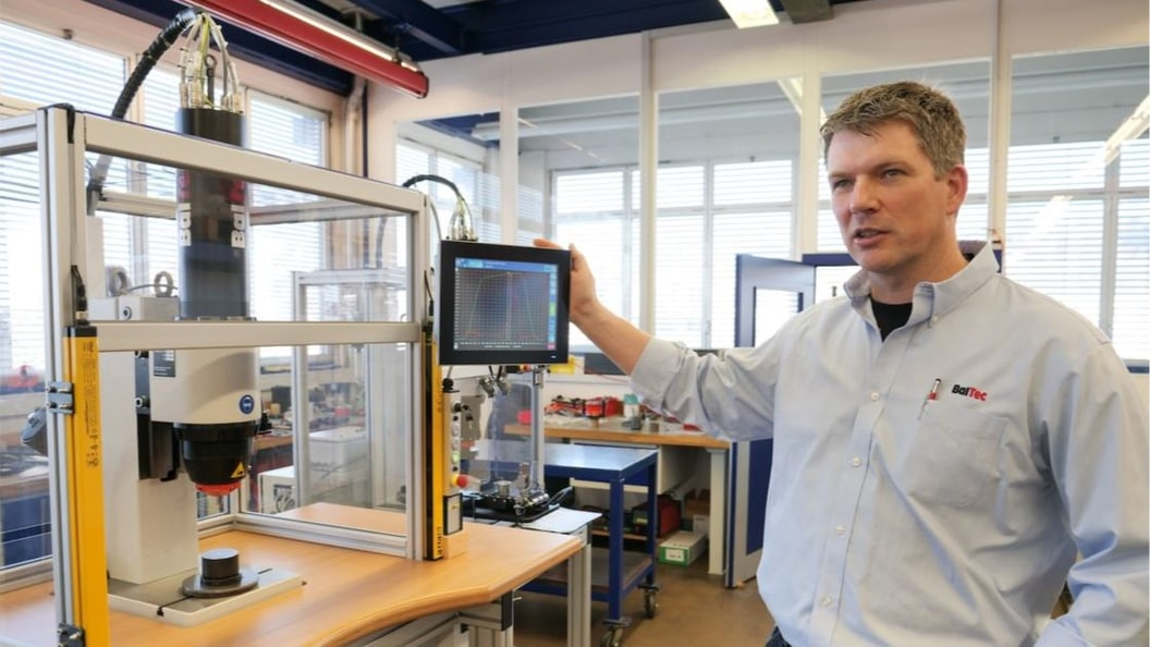 BalTec Produktmanager Klaus Huber demonstriert die Prozessüberwachung der elektrischen Nietmaschine.