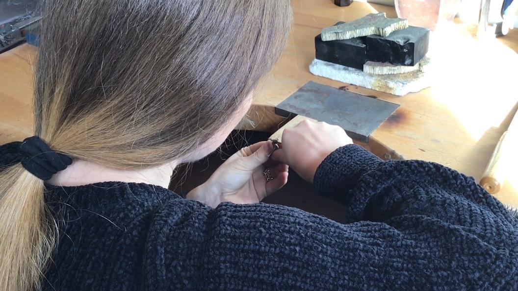 Entfernen von Anschnittresten, verputzen und polieren des Schmucks