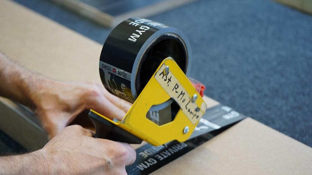 Das Trainingsgerät wird für den Versand verpackt