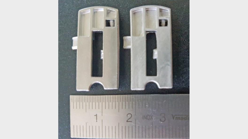 Vergleich MIM-Bauteil aus der Serienproduktion (links) und im Injex Prototypenverfahren (rechts)