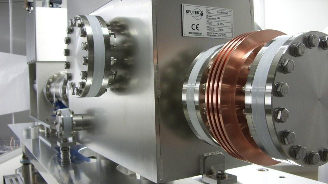 Blick auf Vakuumkammer mit Absorber innen und vakuumgelöteter Wolframscheibe