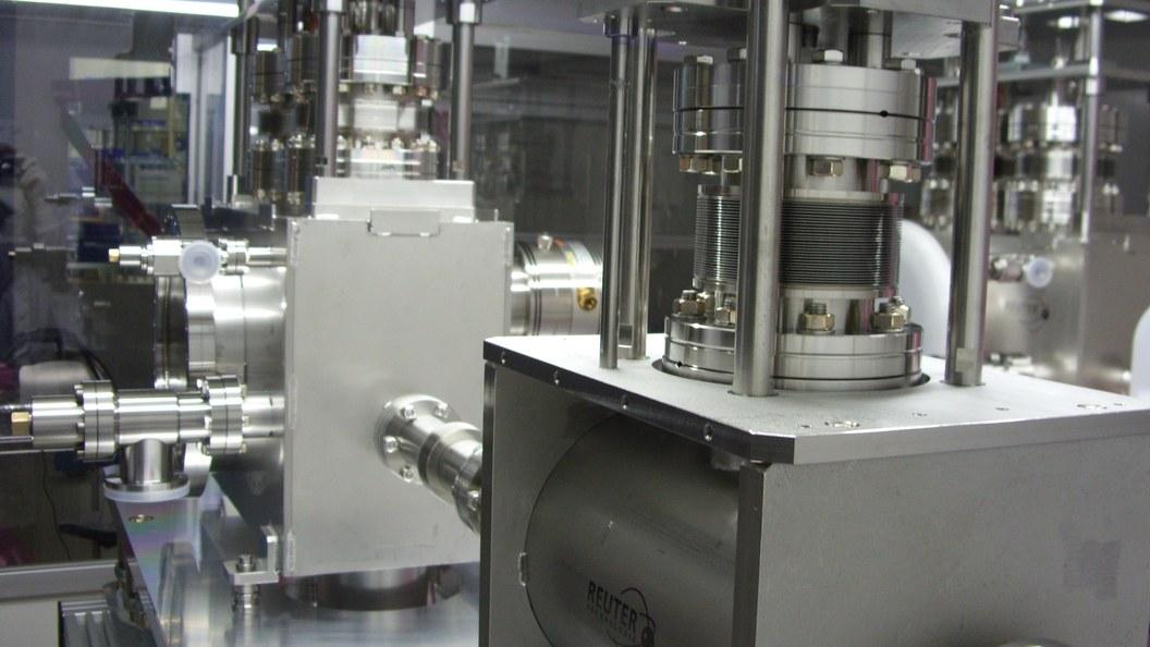 Blick in die Reinraummontage zur partikelarmen Reinigung (siehe Dienstleistungs-Highlight)